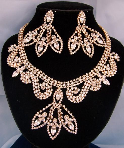 DIVINE DIVAS PAGEANT JEWELRY GOLD NECKLACE AND EARRINGS SET XII.jpg (492×587)